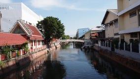 Gebäude zwischen Kanal Stockbild