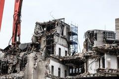 Gebäudeabbruch durch Maschinerie für Neubau Lizenzfreies Stockfoto