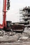 Gebäudeabbruch durch Maschinerie für Neubau Stockbild