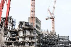 Gebäudeabbruch durch Maschinerie für Neubau Stockfoto