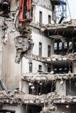 Gebäudeabbruch durch Maschinerie für Neubau Lizenzfreies Stockbild