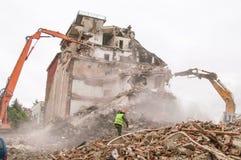 Gebäudeabbruch und Zusammenstoßen durch Maschinerie für Neubau Stockbild