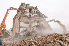 Gebäudeabbruch und Zusammenstoßen durch Maschinerie für Neubau Lizenzfreies Stockbild