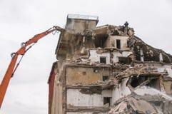 Gebäudeabbruch und Zusammenstoßen durch Maschinerie für Neubau Stockbilder