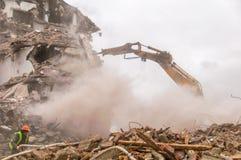 Gebäudeabbruch und Zusammenstoßen durch Maschinerie für Neubau Lizenzfreie Stockbilder