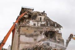 Gebäudeabbruch und Zusammenstoßen durch Maschinerie für Neubau Stockfoto