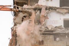 Gebäudeabbruch und Zusammenstoßen durch Maschinerie für Neubau Lizenzfreie Stockfotografie