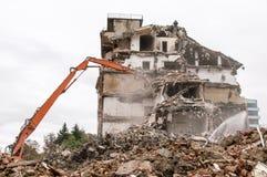 Gebäudeabbruch und Zusammenstoßen durch Maschinerie für Neubau Lizenzfreies Stockfoto