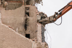 Gebäudeabbruch und Zusammenstoßen durch Maschinerie für Neubau Stockfotografie