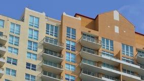 Gebäudeabschnittnahaufnahme auf einem blauen Himmel stock video
