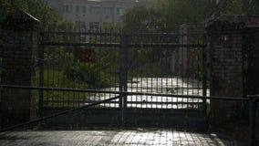 Gebäudeansicht durch den Zaun im Regen stock video