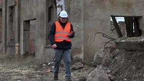 Gebäudeaufsichtskraft mit Tablet-PC filmte Gebäude vor Demolierung stock video