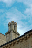 Gebäudedach mit Kamin Stockfotos