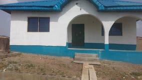 Gebäudedurchgang, farbiges Blau und Weiß Lizenzfreie Stockfotos