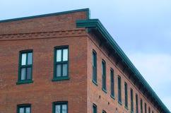 Gebäudeeckziegelstein und Fensterperspektivenbürowand Stockbild