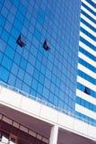 Gebäudefassade mit geöffneten Fenstern Stockfotos