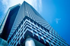 Gebäudefassade mit Himmel-Reflexion stockfotos
