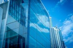 Gebäudefassade mit Himmel-Reflexion Stockfotografie