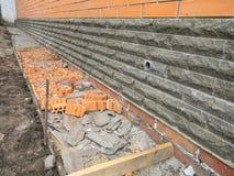 Gebäudefundamentimprägnierung Imprägnierungskellerwände des Neubaus von der Außenseite mit Detail von a stockbild