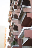 Gebäudegesicht mit Balkon Stockbilder