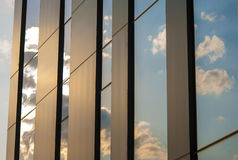 Gebäudehimmelblau-Glasfensterreflexion Stockbilder