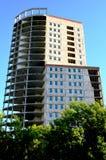 Gebäudehohes gebäude hergestellt vom Beton gegen den blauen Himmel Stockfotos