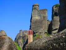 Gebäudekamin und -felsen bei Meteora lizenzfreie stockfotos