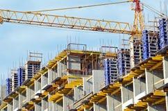 Gebäudekran und Gebäude im Bau lizenzfreie stockbilder