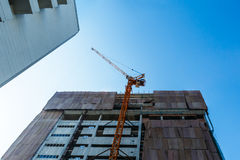 Gebäudekran und Gebäude im Bau Stockbild