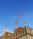 Gebäudekran und neues Haus lizenzfreies stockbild