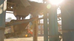 Gebäudemaschinenbau für die Herstellung von Straßen auf Asphaltfabrik stock video