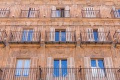 Gebäudemusterfenster Stockbild