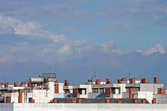 Gebäudeoberseite auf dem bewölkten Himmel Stockfotografie