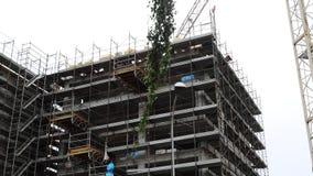 Gebäudepalasthaus unter Verwendung des Kranes und des Baugerüsts stock video
