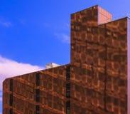 Gebäudereflexion auf Backsteinbau Lizenzfreie Stockfotografie