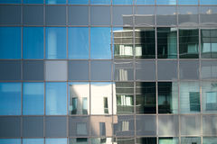 Gebäudereflexion in der modernen Glasfassade lizenzfreie stockfotos