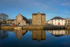 Gebäudereflexion in Galway stockfotos