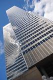 Gebäudereflexionshimmel lizenzfreie stockbilder
