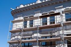 Gebäudereparaturen mit Baugerüst Stockfotos