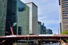 Gebäudes und Brücke entlang Chicago River Stockfotografie