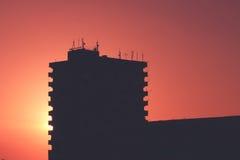 Gebäudeschattenbild mit buntem Sonnenuntergang Stockbilder