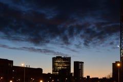 Gebäudeschattenbilder in der Stadt nachts Dunkle Wolken bei Sonnenaufgang lizenzfreies stockfoto