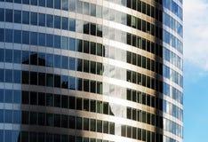 Gebäudespiegelfassade Stockfotos