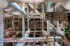 Gebäudestrukturpfosten mit Gestellstahl Stockbilder