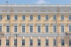 Gebäudevorderseite mit repeting Muster von Fenstern Stockfotos