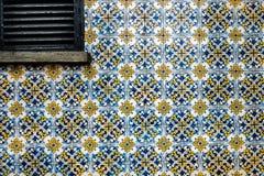 Gebäudewand verzierte alten Keramikziegel Geschlossenes Fenster mit hölzernem Jalousie stockbilder