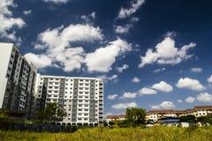 Gebäudewolke im blauen Himmel stockbilder