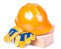 Gebäudeziegelsteine, harter Hut und Handschuhe Stockfoto