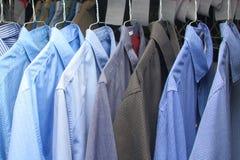 Gebügeltes Hemd an den chemischen Reinigungen Lizenzfreies Stockfoto