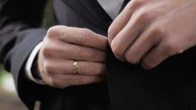 Gebühren pflegen sich und heiraten Vorbereitungen die im Freien stock video